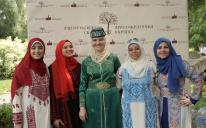 Активистки ЖО «Марьям» представили крымскотатарские и арабские национальные костюмы на фестивале «Аристократическая Украина»