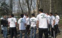 В парке Пушкина на проспекте Победы в Киеве собралось почти 3 десятка активистов организации «Ан-Нур», «вооружившись» перчатками и мешками для мусора.