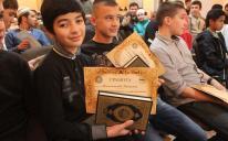 Более 40 юношей и девушек со всей Украины, разных возрастов и национальностей - участники конкурса по чтению Корана наизусть