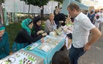 """بتحضير وبيع الحلويات.. """"مريم"""" تشارك في حملة خيرية لجمع التبرعات وشراء دراجات لأطفال كييف المعاقين"""