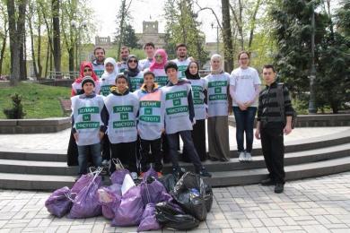 """أبناء """"الرائد"""" يشاركون في حملة وطنية لتنظيف شوارع وحدائق العاصمة كييف"""