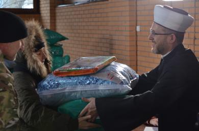 """بدعم «Muslime Helfen» الألمانية.. """"الرائد"""" و""""أمة"""" يقدمان مساعدات للأسر التترية النازحة"""
