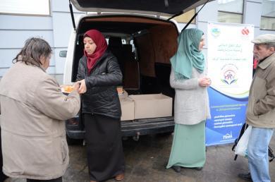 Днепропетровские мусульманки накормили несколько десятков неимущих