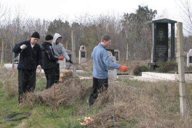 """حملة لتنظيف """"المساجد والمقابر"""" برعاية جمعية """"الأمل"""" الشبابية في القرم"""