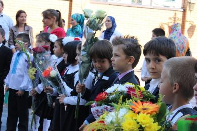 Первый звонок в первой мусульманской гимназии Киева — в вышиванках и венках (ФОТО, ВИДЕО)