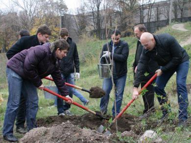 جمعية المستقبل تقيم حملة لتنظيف وترتيب إحدى حدائق مدينة دنيبروبيتروفسك