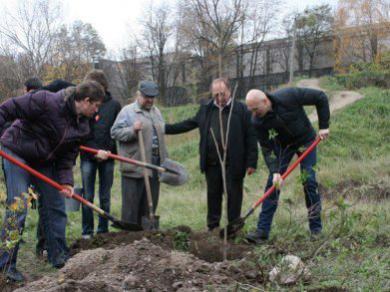 Парк на месте стихийной свалки: днепропетровские студенты разных национальностей и конфессий устроили субботник