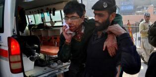 Полицейский выводит раненного заложника, Пакистан