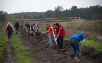 Акція «Мільйон дерев» триває: мусульмани разом з іншими активістами садили дерева на берегах річки Здвиж