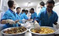 """في مركز """"الرائد"""" الإسلامي بالعاصمة كييف.. طلاب يعدون الإفطار يوميا لمئات الصائمين"""