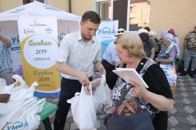 Почти 12 тонн жертвенного мяса раздали в исламских центрах Всеукраинской ассоциации «Альраид»