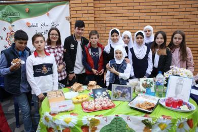 Вкусности от гимназистов на традиционной осенней благотворительной ярмарке