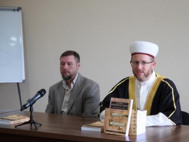 Відкрий для себе історію коранічного тексту з новою книгою Мухаммада Аль-Азамі!