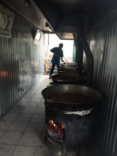 Откуда берется ифтар: знакомство с человеком, готовящим еду на 800 прихожан ИКЦ