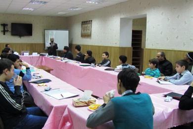 """على طاولة مستديرة.. فتيان مسلمي أوديسا يناقشون """"الرسول القدوة"""""""