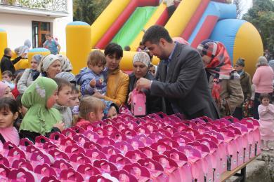 Все дети получили наборы сладостей