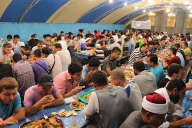 Бесплатные общественные ифтары в месяц Рамадан