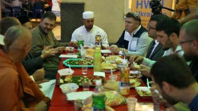 Немусульмани на іфтарі: Рамадан — чудова можливість краще пізнати один одного!