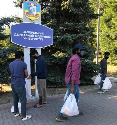 ИКЦ Запорожья передал продукты для студентов, пострадавших от COVID-19