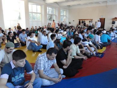 """مراكز ومساجد وجمعيات """"الرائد"""" توزع فرحة عيد الفطر السعيد على مسلمي أوكرانيا"""