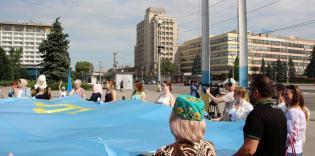 © Natalya Openko /фейсбук: 26.06.2021 р., Запоріжжя, захід з нагоди Дня кримськотатарського прапора. Фото на згадку по завершення мітингу.