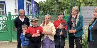 Третя родина справляє новосілля в подарованому будинку в смт. Риково